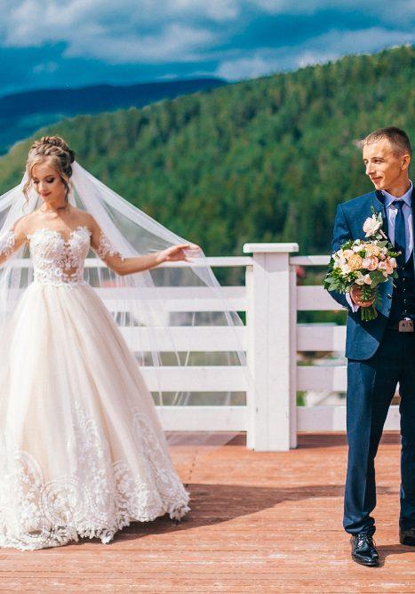 Photo Tips on Choosing Wedding Dresses for Petite Brides